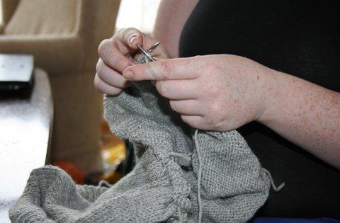 HÅNDSTRIKK: Camilla Dybdahl strikker klær og annet utstyr til både voksne og barn på bestilling fra kundene.