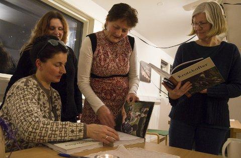 Med sans for kroting: Kristin Holte signerer bøker til Agnete Sivertsen, Anne Lise Brask Eriksen og Johild Mæland; alle med ulik innfallsvinkel til den symboltunge dekorteknikken. Foto: M. Bleken