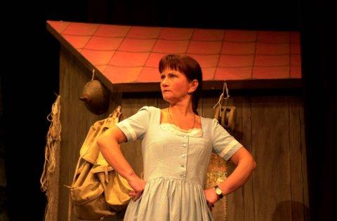 Irene Tvedt Børve på scenen med Odda Dramatiske Selskap Komedie i 2002.