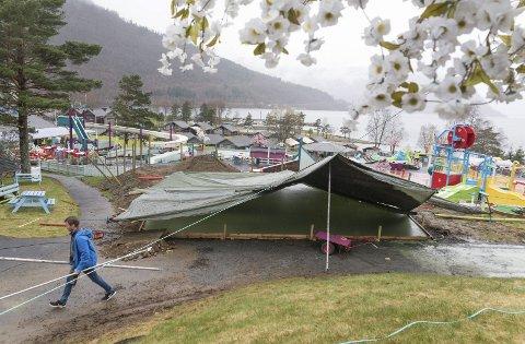 Ny utescene er under bygging: 24. april vart betongplata støypt og dekka til på grunn av regn i lufta.