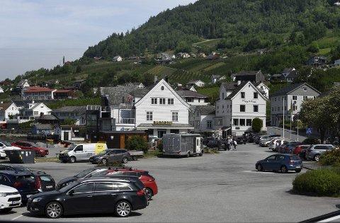 Mange bilar: Røysi på Lofthus laurdag 5. juni. Mange står parkert heile dagen og bubilar står heile natta, sjølv om det er skilta med camping forbode, med skrift og teikning. Foto: eli lund