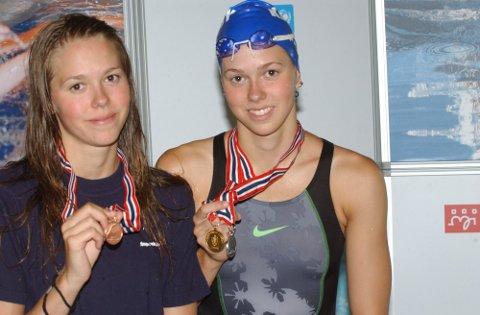 2008: Monica Waage Johannessen (t.v.) med sin første NM-medalje etter NM i 2008, bronse på 100 m butterfly. Storesøster Cecilie var da allerede godt i gang med medaljesankingen.  FOTO: RUNE HELLE