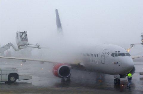 Flyene må avises før de kan lette fra Oslo Lufthavn mandag. Det er snøen og kulden som skaper problemer for trafikken. Arkivfoto: Cornelius Poppe / SCANPIX