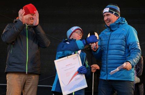 FIKK PRIS: Karmøy Innebandyklubb (Solstein) fikk inkluderingsprisen 2017 av Tom Tvedt (t.v.) og Norges Idrettsforbund. Vidar Flotve Birkeland og Jan Olav Sørlie tok i mot prisen på vegne av gjengen.