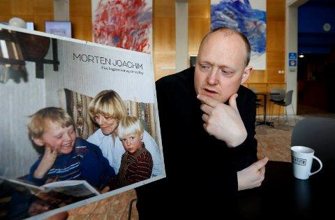 MESTRING: - Det er håp om mestring, og at du klarer deg selv, sier Morten Joachim. Han er gutten til venstre på plateomslaget, broren til høyre og moren i midten.