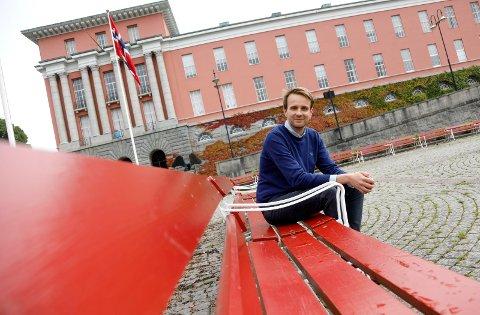 BLIR NÆRINGSMINISTER: Jan Christian Vestre, her på parkbenkene på Rådhusplassen.