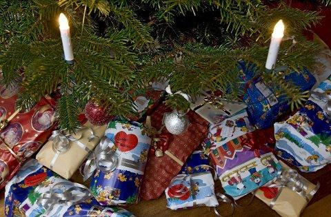 NANNESTAD  20091224. ¬ Juletrærne er nå pyntet og støttet opp av en haug pakker rundt foten. Senere på kvelden vil treet nok bli midtpunkt i de fleste familier når merkelappene på pakkene skal tydes. Julaften. ¬ Foto: Bjørn Sigurdsøn / SCANPIX