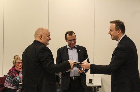 Are Tomasgard (LO, venstre) stilte flere spørsmål om framtidens industripolitikk. Her får han og Espen Barth Eide (midten) gave som takk for innledninger, av Rune Krutå.