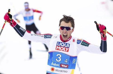 DOBBELT GULLVINNER: Det ble to gull til Jarl Magnus Riiber i VM i Seefeld. Her går han Norge inn til gull i stafetten etter en overbevisende sisteetappe.  Foto: Terje Pedersen / NTB scanpix
