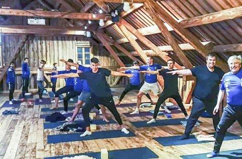 PÅ UKJENT OMRÅDE: Mosjøen ILs spillere og trenere fikk testet ut yoga som alternativ trening.   Foto: MIL Fotball