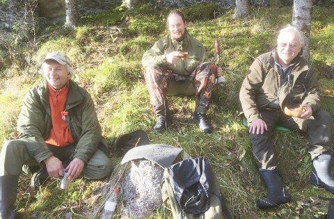 TRE GENERASJONER: Her er de samlet tre generasjoner ved kaffebålet. Bengt Pedersen (53), Alexander Mathisen (27) og farfar Harald Pedersen (76).