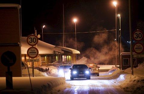 MYE TRAFIKK: Det ble trangt på Storskog grensepasseringssted da både lokalt politi, Politiets utlendingsenhet, Utlendingsdirektoratet og andre aktører ble kommandert til å drive asylprosessering på grensa. Brakkene i venstre og høyre kant i bildet var noen av de midlertidige tiltakene som ble gjort. Men politiet i Kirkenes skulle helst sett en helt ny grensestasjon. Her et bilde fra januar.