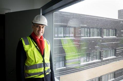 Ap-leder Jonas Gahr Støre var mandag på besøk i Kirkenes, og fikk blant annet en omvisning på nye Kirkenes sykehus.