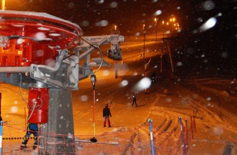 BER OM PEN KJØRING: Frivillige i Hammerfest Alpinklubb ber folk skjerpe seg i bakken. Bildet er forøvrig tatt i forbindelse med offisiell åpning av ny skiheis - ikke villmannskjøring.