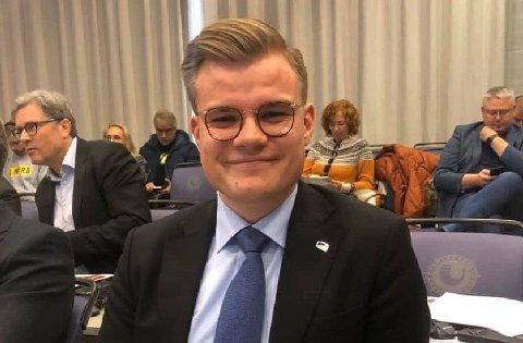 - Ordføreren skriver på egen facebook-side at mitt forrige innlegg er et hån mot det politiske kollegiet i kommunestyret. Nei, det eneste som er et hån mot kommunestyret er å frata dem makt til å fatte egne beslutninger for kommunen. Det er det Aina Borch og ikke jeg som har gjort, skriver Vetle Langedahl, Stortingsrepresentant for Finnmark