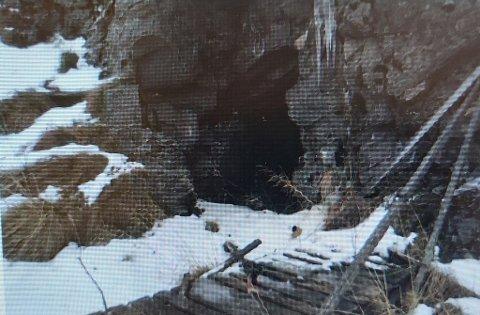 VIST I RETTEN: Ett av bildene som ble vist for retten onsdag. Minst ett av overgrepene skal ha skjedd utendørs i denne hula.