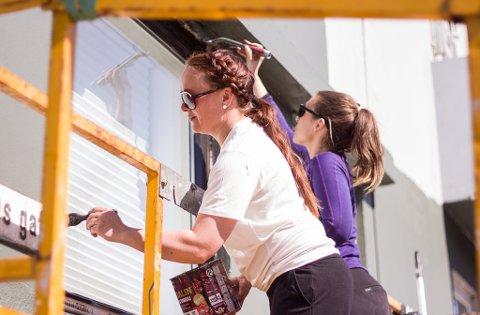 GODT VÆR: Marita Betten og Elisabet Hoftaniska utnytter det gode været og har funnet frem malekosten. De forbereder Opticom før ny åpning.