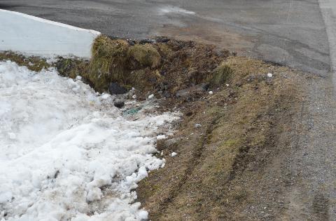 KJØRTE I MURKANT: Ulykkesbilen er fjernet fra stedet, men området bærer tydelige preg av sporene.