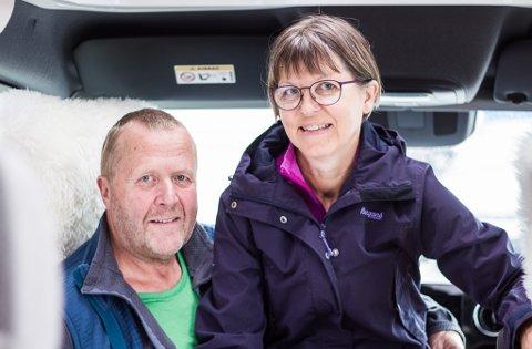 HAR DET FINT PÅ TUR: Trond Amundsen og Tuula Amundsen fra Tromsø snakker varmt om flere steder de har besøkt i Finnmark i sommer.