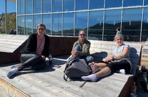 Illustrasjonsfoto: Fornøyde studenter utenfor UiT Harstad.