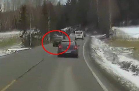 Må møte hos politiet: Føreren av den innringede bilen blir kalt inn til politiet.