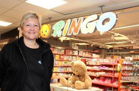 Anne-Berit Lauritzen har jobbet på Ringo siden oppstartet i 1999. Da som daglig leder, men i 2006 kjøpte hun bedriften. I dag har det gått over 20 år og omsetningen for 2019 var på 8 millioner kroner.