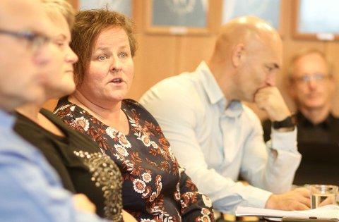 MÅ HA MEIR PENGAR: Kommunalsjef for helse og velferd, Marianne Sund (i midten), må få tilført åtte millionar friske kroner for å få årets budsjett til å gå opp. Rundt henne skimtar me økonomisjef Stein Kittelsen (t.v.), kommunalsjef barn og unge Anne-Jorunn Bjørkum Leigvold, personal- og organisasjonssjef Espen Åvitsland og assisterande rådmann/kommunalsjef demokrati og næring Kåre Strand.