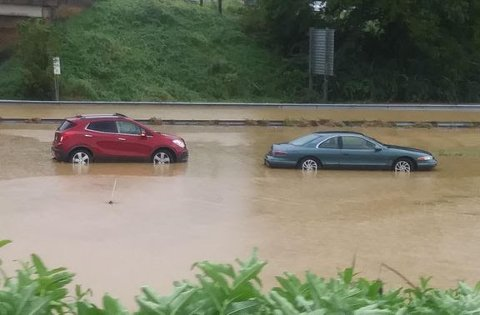 Tar sjansen: En del tar sjansen, og kjører i høyt vann under styrtregn. Det kan både bli en våt og dyr opplevelse. Foto: Morguefile/CC