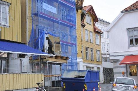 Byggestart: Kragerø Sparebank har endelig startet renoveringsarbeid på Grimsrudgården. Foto: Per Eckholdt