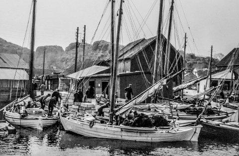 Fiskebåter ved bryggene før 1920: Før Blindtarmen ble anlagt, i forbindelse med at jernbanen kom til Kragerø, la fiskebåtene til ved bryggene i sundet mellom byen og Bosebodskjæret. Her var Dampskipsbrygga, hvor kystrutas båter la til kai. Det var vinden som var «motoren» i fiskefartøyene. Disse var brede og solide båter.