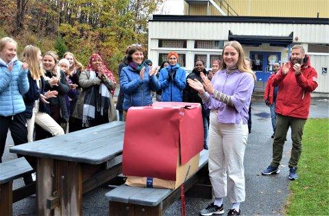 SNORKLIPPING: Helse- og oppvekstelev Nora Jacobsen fikk æren av å åpne gavepakka fra fylkeskommunen.