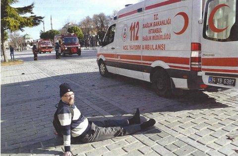 Jostein Nielsen sitter skadet etter at en selvmordsbomber hadde sprengt seg selv i luft og drept 11 turister under et terreorangrep i Istanbul i januar 2016.