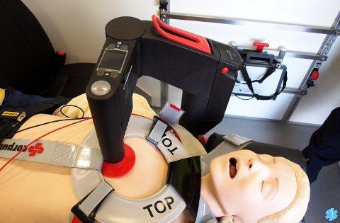 HJARTEKOMPRESJON: Slik ser den ønskte maskinen ut. Her er den i gang med hjartekompresjon på ei dokke.