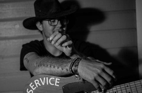 Joakim Eide er kjent som trubaduren «Joe». Han speler på Snikkeriet på fredag. (Pressefoto).