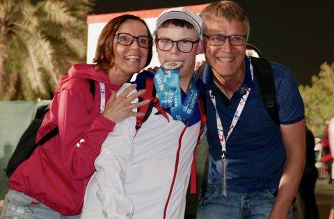 STOLTE FORELDRE: Heine Røssland (18), vann laurdag sølvmedalje i spyd under Special Olympics i Dubai. Her er han saman med foreldra Marlen Eide Røssland og Lars Arve Røssland (foto: Lars Ivarsøy).
