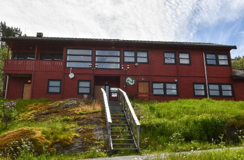 Lakseoppdrettsgiganten Mowi forklarer halvert driftsresultat med lågare laksepris og smitteverntiltak. Her frå Øyerhamn på Varaldsøy. (Arkivfoto).
