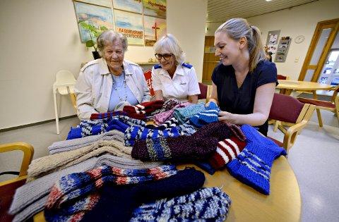 Varm mottakelse: 40 par sokker fra Margit Hafslien vekker stor glede på Slumstasjonen til Frelsesarmeen. Agneta Kjellen (t.v.) og Camilla Kärnhagen er imponerte.