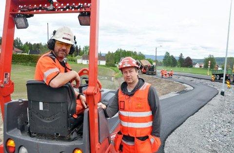 Byggeleder i Statens vegvesen, Roy Are Haare t.h. ser til at Veidekke fikser asfalteringen på ny fv. 72 i Darbu