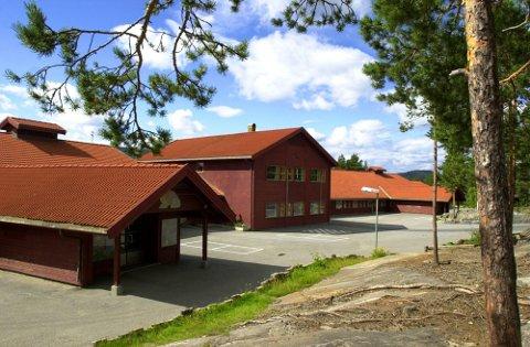 FLINKE FORELDRE: Politiet hadde kontroll ved Gamlegrendåsen skole torsdag morgen.