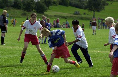 Det nærmer seg Norway Cup, men tørken har ført til problemer. Nå settes det i gang vanningstiltak. (Bildet er fra Norway Cup 2000, Skrims 12-åringer.)