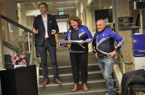FIKK MEST: IL Skrim Ski var de som stakk av med den største pengepremien fra Sparebank 1 BV-stiftelsen i 2018. De fikk hele 750.000 kroner til nytt snøkanonanlegg på Heistadmoen. Banksjef Torstein Aakre (t.v.).