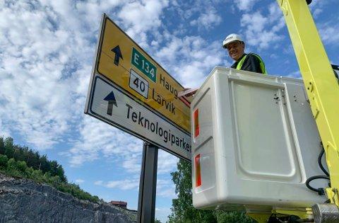RETT VEI: I dag fjernes tapen over skiltene langs nye E134.