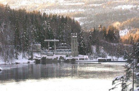 Det var ved Djupdal kraftstasjon i Rollag at det lekket 500 liter olje lørdag kveld. Bildet ble tatt for noen år siden.