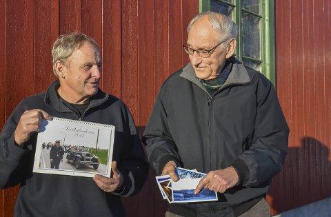 Fornøyde: Både Thor Sørlie (t.v.) og John Willy Jacobsen er fornøyde med årets produkter fra Lier Bygdetun, både Lierkalenderen og de nye kortene med motiver fra bygda.Foto: Cecilie Johannessen