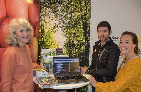 Nye lieropplevelser: F.v. kultursjef Ingeborg Rivelsrud sammen med Kristoffer Øverland og Rise Cecilie Moe, begge fra Kultur og Fritid, er stolte av den nye versjonen av nettsiden.