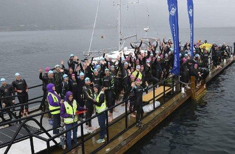 Startfeltet: Atletene står klare på flytebrygga før de skal svømme 1200 meter. Foto: Heidi-Beate Sødahl
