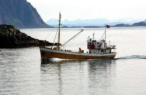 Her motorjakten «Anne Bro» på vei inn til Kabelvåg i sine velmaktsdager. I løpet av dette året er den tilbake i kjente farvann.