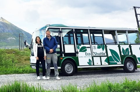 Klare for sommeren: Avdelingsleder June Remmen i Arctic Guide Service sammen med Andreas Storl som har ansvaret for bussene. Storl fraktet bussen fra Bergen til Fredvang, og han kommer med buss nummer to fra Tromsø mandags kveld.
