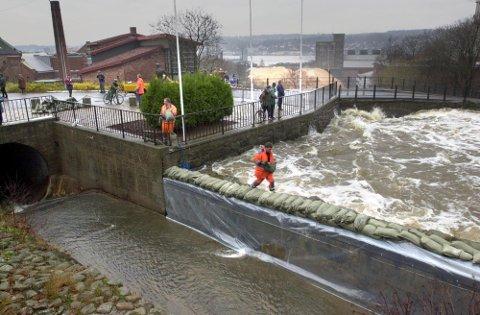 Bildet er fra 2001 da flommen herjet. Mossefossen er nå som den var tidligere, eneste vei ut når det blir for mye vann.