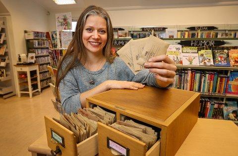 BØKER OG FRØ: Ylva Linnestad ved Son bibliotek starter snart med utlån av frø.